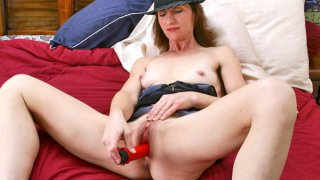 Mature milf creams her pussy