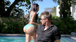 Lela Star caught a paparazzi and teased him by shaking her enormous butt in front of his face