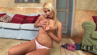 Pretty blonde Franciska masturbates on the floor